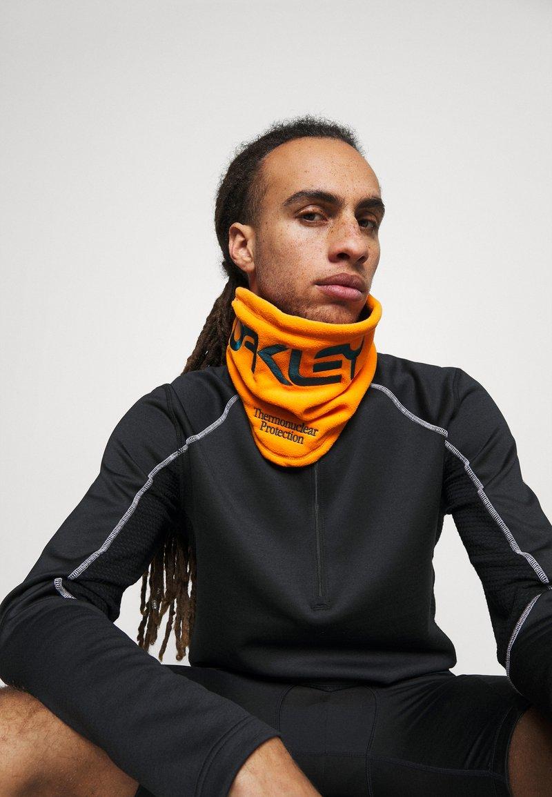 Oakley - NECK GAITER - Hals- og hodeplagg - bold orange