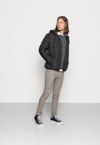 Jack & Jones - JJEHILL CREW NECK - Stickad tröja - dark grey melange - 1