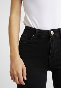 ONLY Petite - ONLPOWER PUSH UP - Jeans Skinny Fit - black - 6