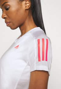 adidas Performance - OWN THE RUN TEE - T-shirts med print - white/signal pink - 5