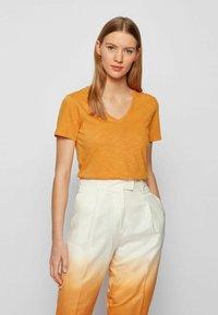 BOSS - Basic T-shirt - open yellow - 0