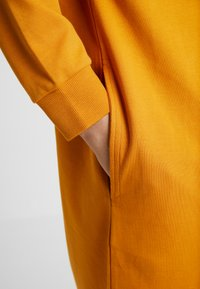 Monki - MINDY DRESS - Jerseykjole - yellow dark - 4