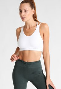 Yogasearcher - MATRIKA  - Light support sports bra - white - 0