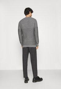 Selected Homme - SLHSLIMTAPERED YORK - Chino kalhoty - mottled dark grey/camel - 2