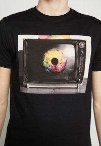 PS Paul Smith - MENS SLIM FIT TV EYE - Printtipaita - black - 5