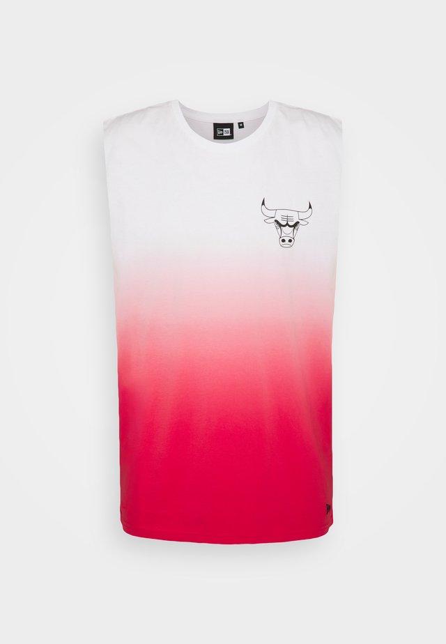 CHICAGO BULLS NBA DIP DYE SLEEVELESS TEE - Klubbkläder - white/light red
