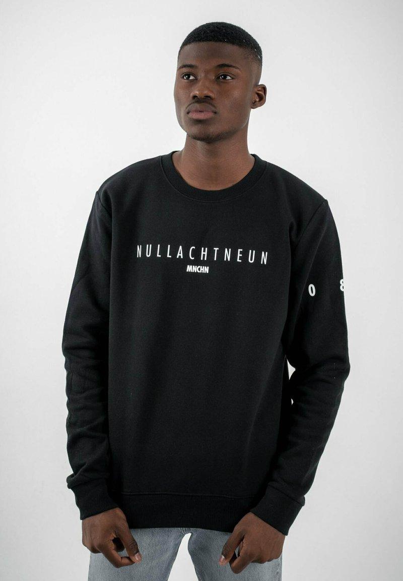 PLUSVIERNEUN - MÜNCHEN - Sweatshirt - black