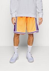 Mitchell & Ness - LOS ANGELES LAKERS NBA FADED SWINGMAN SHORTS - Short de sport - light gold - 0