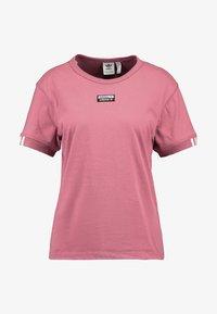 adidas Originals - RETRO LOGO TEE - T-shirt med print - trace maroon - 4