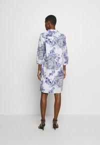 Emily van den Bergh - DRESS - Skjortekjole - white/blue - 2