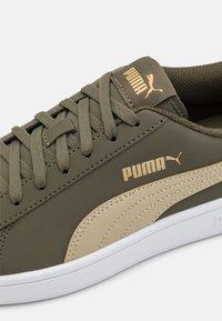 Puma - SMASH  UNISEX - Sneakers - grape leaf/spray green/team gold - 5