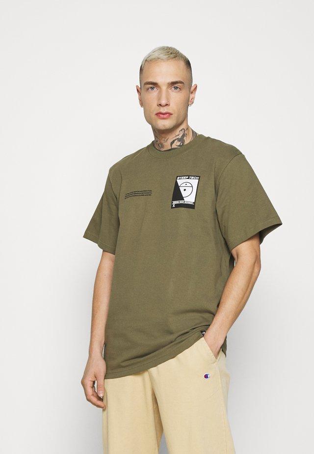 STEEP TECH LOGO TEE UNISEX  - Camiseta estampada - burnt olive green