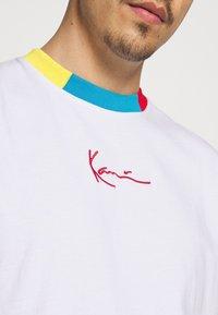 Karl Kani - SMALL SIGNATURE TEE UNISEX  - Print T-shirt - white - 4