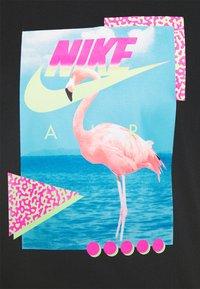 Nike Sportswear - M NSW BEACH FLAMINGO - T-shirts print - black - 4