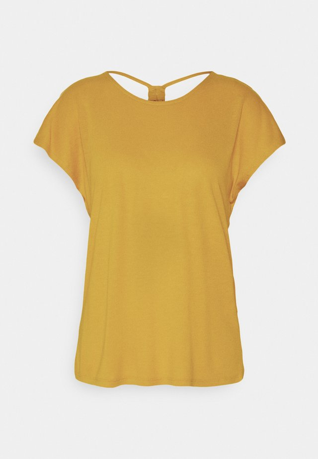 ONLCARRIE CROSS BACK - Camiseta estampada - golden spice