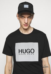 HUGO - T-shirt con stampa - black - 3