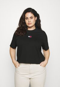 Tommy Jeans Curve - CENTER BADGE TEE - Print T-shirt - black - 0