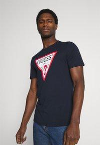 Guess - ORIGINAL LOGO - T-shirt z nadrukiem - blue navy - 0