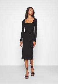 Missguided - SCOOP NECK SELF TIE MIDI DRESS - Shift dress - black - 0