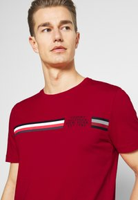 Tommy Hilfiger - CORP SPLIT TEE - Printtipaita - primary red - 3