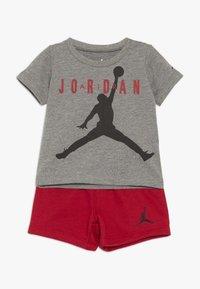 Jordan - JUMPMAN AIR SHORT SET - Urheilushortsit - gym red - 0