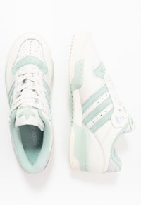 adidas Originals - RIVALRY - Sneakers laag - cloud white/offwhite/light blue - 1