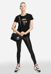 KARL LAGERFELD - IKONIK - T-shirt z nadrukiem - black - 1