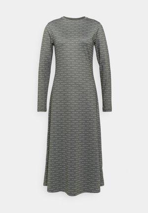 COMFY DRESS - Žerzejové šaty - agave green