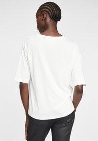 Cartoon - MIT PAILLETTEN - Print T-shirt - white/copper - 2