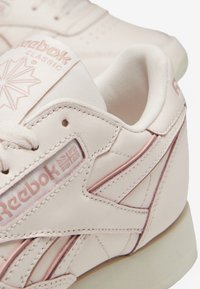 Reebok Classic - CLASSIC LEATHER SHOES - Sneakers - pink/white/off-white - 9