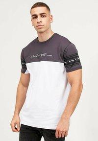Kings Will Dream - VEZ - Print T-shirt - asphalt/white - 4