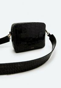 Uterqüe - MIT KROKOPRÄGUNG 01013700 - Across body bag - black - 2