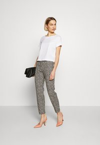RIANI - SLIM FIT - Trousers - ivory - 1