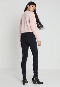 Pieces - PCHIGHSKIN WEAR  - Jeans Skinny Fit - navy blazer - 2