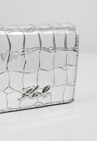KARL LAGERFELD - SIGNATURE CROCO MINI WALLET - Peněženka - silver - 2