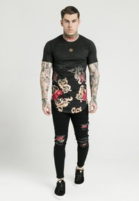 SIKSILK - DANI ALVES CURVED HEM TEE - T-shirts print - black - 0