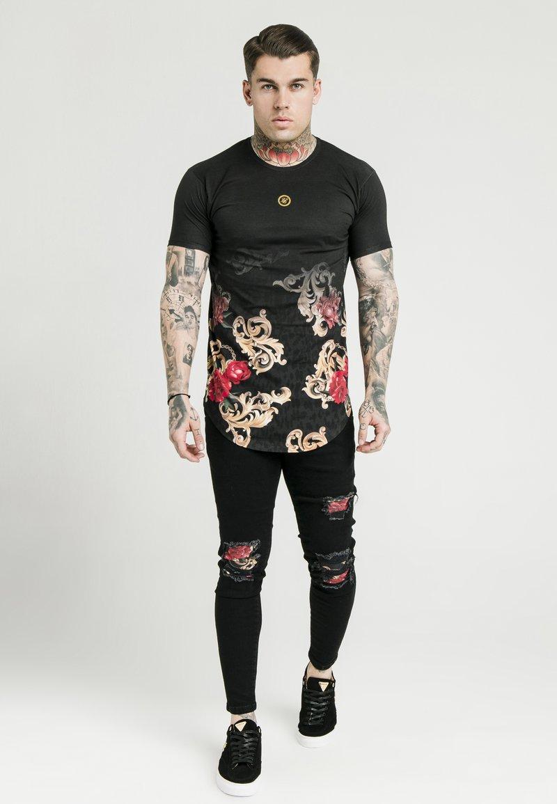 SIKSILK - DANI ALVES CURVED HEM TEE - T-shirts print - black