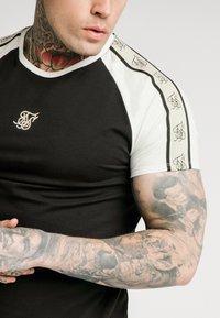 SIKSILK - RAGLAN PREMIUM TAPE GYM - T-shirt con stampa - black/white - 4