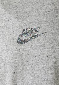 Nike Sportswear - T-shirt z nadrukiem - grey/heather - 5