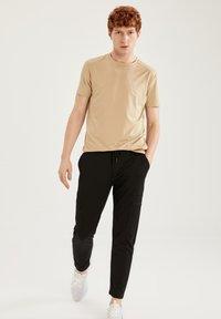 DeFacto Fit - Camiseta básica - beige - 1