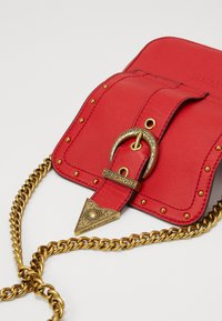 Versace Jeans Couture - DISCOBAGRODEO - Taška spříčným popruhem - rosso - 4
