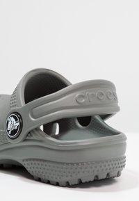 Crocs - CLASSIC UNISEX - Pool slides - slate grey - 5