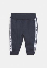 BOSS Kidswear - TRACK SUIT BABY SET - Pantalon de survêtement - navy - 2