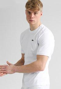 Lacoste Sport - CLASSIC - Jednoduché triko - white - 0