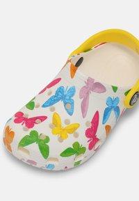 Crocs - CLASSIC VACAY VIBES - Sandály do bazénu - white - 6