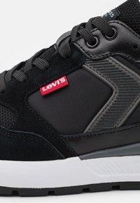 Levi's® - OATS - Sneakers laag - regular black - 5