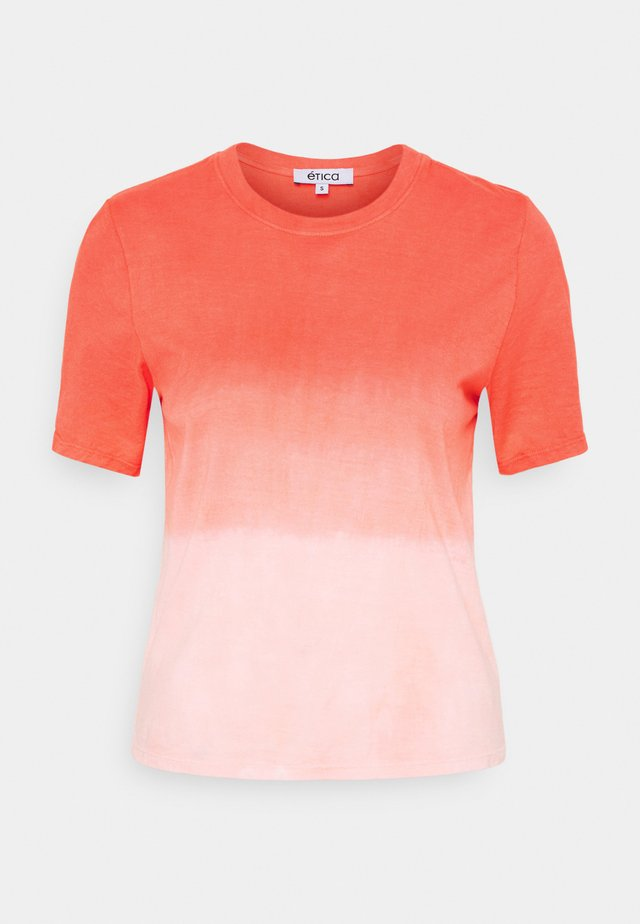 EVIE - Print T-shirt - thunder lightning fire coral