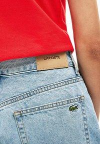 Lacoste - LACOSTE - BERMUDA FEMME - Short en jean - blue china - 4