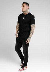 SIKSILK - Vaqueros slim fit - washed black - 1