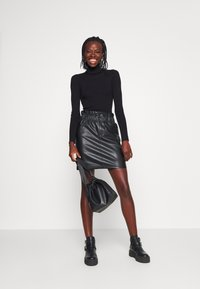 ONLY Tall - ONLMAIYA MIRI SKIRT - Mini skirt - black - 1